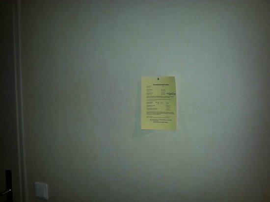 Creativhotel Luise: Hässlicher Preiszettel mit Rostnagel in der Wand