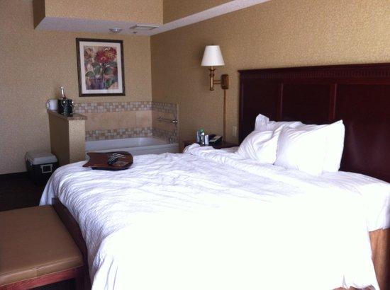 Hampton Inn & Suites Toledo-Perrysburg: King Whirlpool Suite - crisp white linens