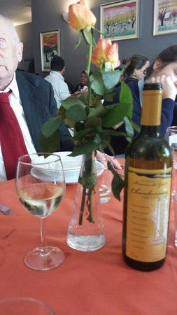 Ristorante Da Lucio : Ecco lo straordinario vino di Lucio accompagnato da una rosa gialla