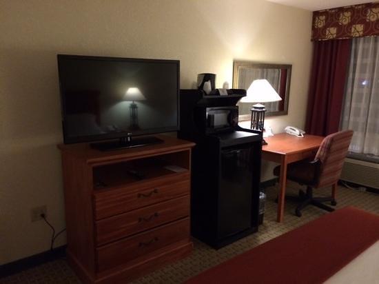 Holiday Inn Express Aberdeen - Chesapeake House : good tv, microwave, fridge, desk