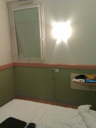 Ibis Budget Lyon Caluire Cité Internationale : room 905 with window not well isolated of cold and noise