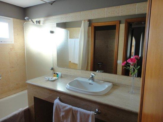 Sol Barbacan Hotel: Baño amplio y luminoso