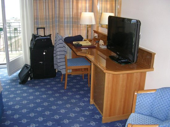 BEST WESTERN PLUS Hotel Mirabeau: Desk and TV at Room