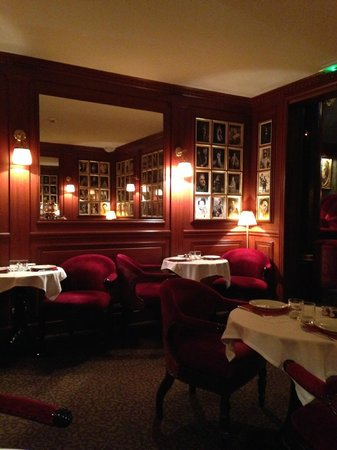 Maison Athenee: Red bar/breakfast area