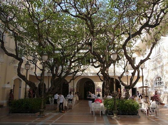 Hotel Continental Saigon: 朝食をとれる中庭