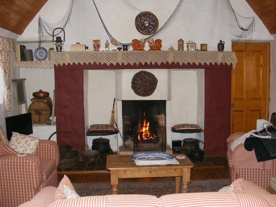 Cloch na Scith Thatched Cottage: fireplace