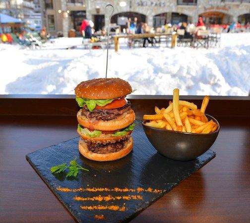 La Sana : L'Empire State XXL Burger...nous avons aussi des hamburgers plus classiques et aussi bons