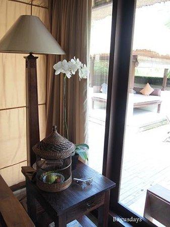 The Ubud Village Resort & Spa: 鳥かごにウェルカムフルーツ&チョコレート