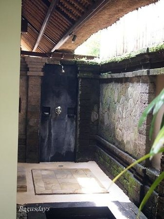 The Ubud Village Resort & Spa: シャワーは中と外の二か所(こちらは屋外のシャワー)