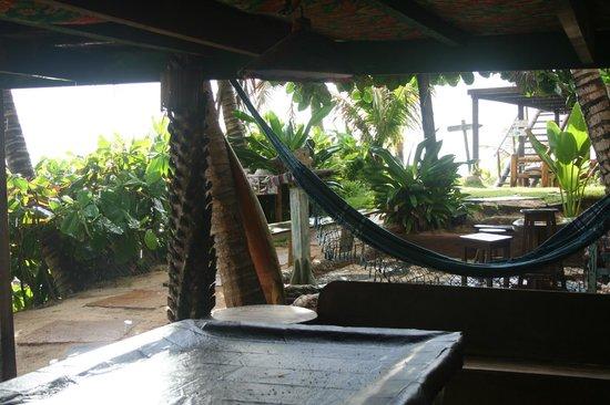 Pousada Paraiso das Tartarugas: Vista del lugar de recreación, billar y hamacas...