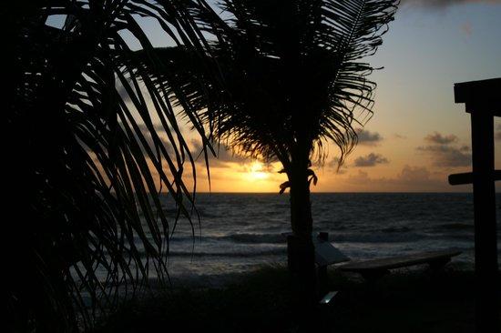 Pousada Paraiso das Tartarugas: Vista del amanecer desde las habitaciones frente al mar...