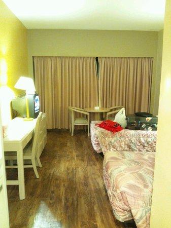 Pacific Bay Hotel: 到着直後の客室でカーテンの目の前がPKです。女性は避けたいですよね