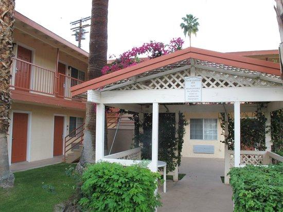 Knights Inn Palm Springs : espace ombragé