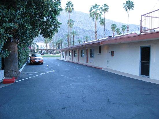 Knights Inn Palm Springs: l'entrée du parking