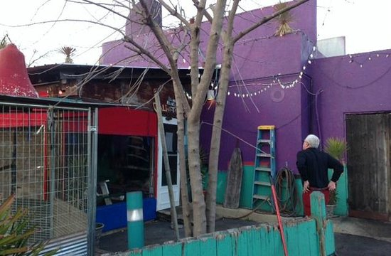 Cali N Tito's: Funky exterior