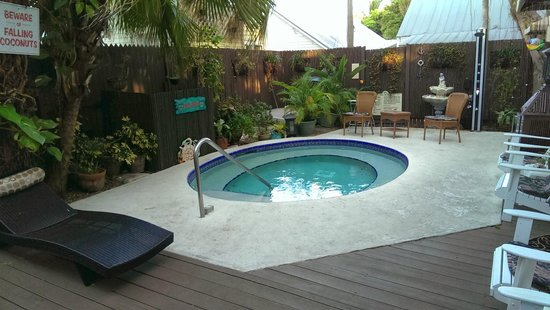 Seascape Tropical Inn: Pool Kept at about 94 degrees.