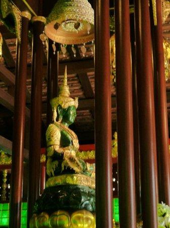 Wat Phra Kaeo (Temple of the Emerald Buddha) : Копия изумрудного Будды.