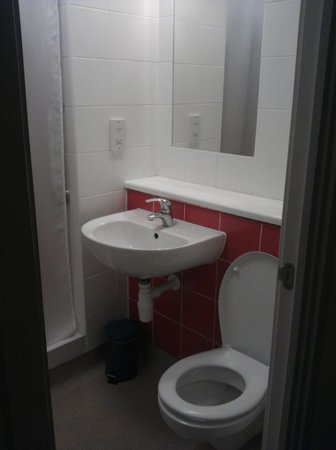 Travelodge London Central Euston: Bathroom