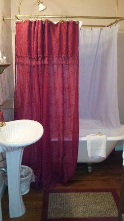 Coquina Inn B&B: Claw foot tub in the Jasmine Room