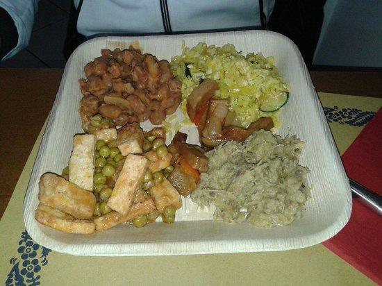 La Trattoria Vegana: piatto grande composto da:fagioli all'uccelletto,riso jasmine con zucchine e tofu strapazzato,sp