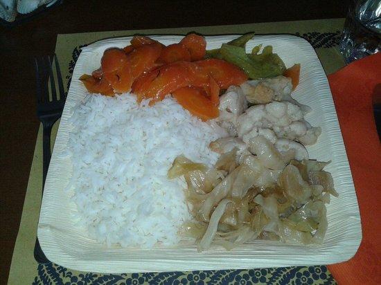 La Trattoria Vegana: Piatto grande:riso jasmine con carote in agrodolce,cavoli al vapore,finocchi al curry e cavolo c