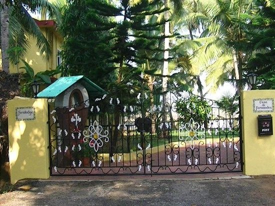 Fernlodge Studio Apartments: The entrance gate to Fernlodge
