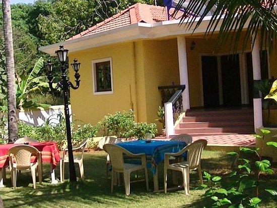 Fernlodge Studio Apartments: Enjoy your meals in the garden