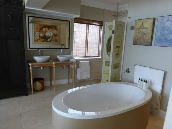 On the Beach Guesthouse, B&B, Suites: oval bathtub for 2