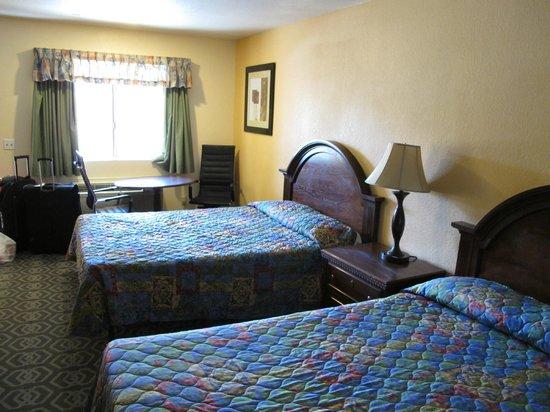 Rodeway Inn & Suites: une chambre spacieuse
