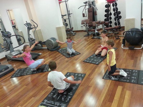 Montecasa Spa & Wellness: My kids in the group-based training held by the professional and excellent trainer in the gym