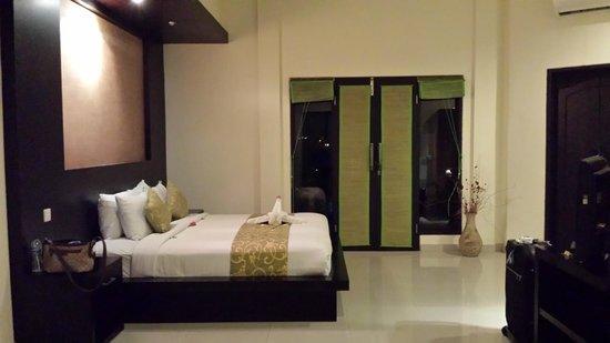 Bali Ayu Hotel: King bed & door to balcony