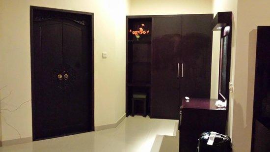 Bali Ayu Hotel: Vanity table, Wardrobe with a room safe + door to bathroom