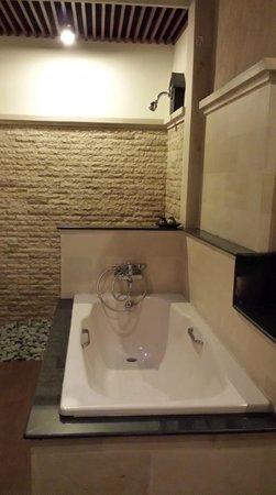 Bali Ayu Hotel: Separate Bathtub & Shower
