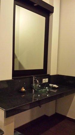 Bali Ayu Hotel: The bathroom vanity