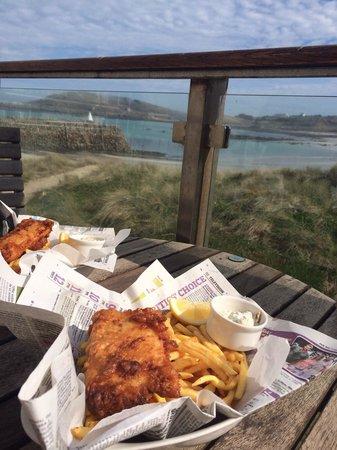 Braye Beach Hotel: Yummy fish & chips on the terrace
