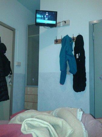 Hotel Belvedere: Impossibile vedere bene la tv comodi dal letto...troppo alta!!