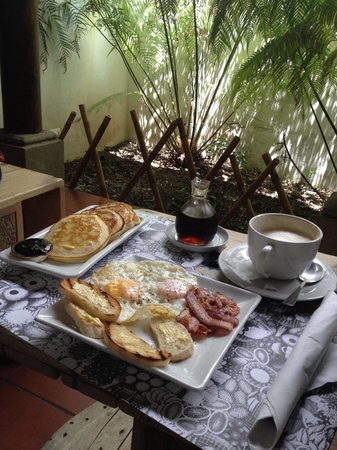 Ochenta y Tres 83: Pancakes, Eggs & Bacon With A Cappuccino