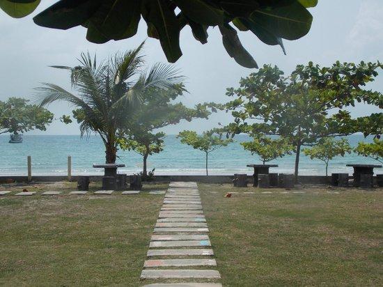Laemya Inn: одна из дорожек к морю