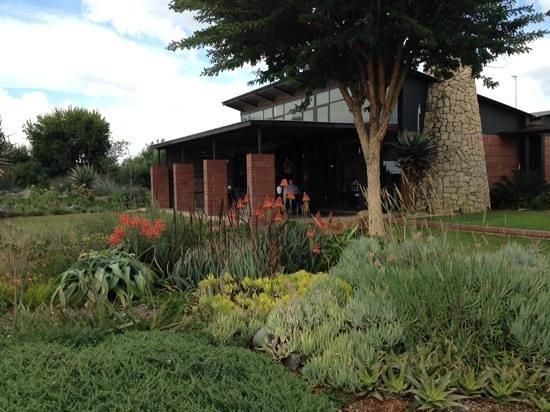 Liedjiesbos B&B: Look at that garden!