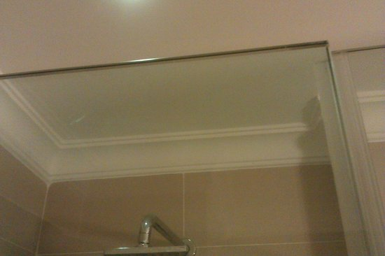 Crowne Plaza Hotel Nairobi: This is how clean the shower glass is at the top and how all the shower glass should look