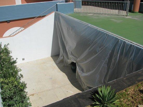 Dolmen Resort Hotel: Folien als Staubschutz zum Poolbereich