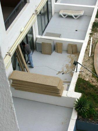 Dolmen Resort Hotel: Holzzuschnitt zur Mittagszeit