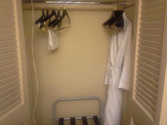 Sheraton Atlanta Perimeter North: Closet with Robe