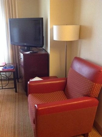 Residence Inn Pittsburgh Monroeville/Wilkins Township : TV and chair in living area