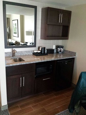 Embassy Suites by Hilton Springfield: Kitchenette
