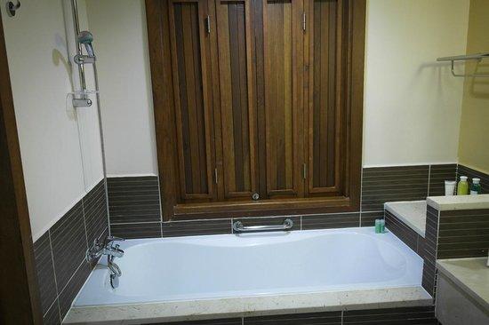 Royalton Cayo Santa Maria : Ouverture au-dessus du bain
