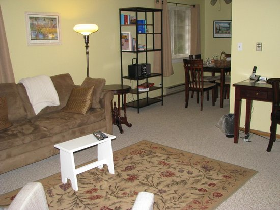 Chambered Nautilus Bed and Breakfast Inn: Cascade Suite living room