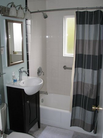 Chambered Nautilus Bed and Breakfast Inn: Nicely remodeled bathroom in Cascade Suite