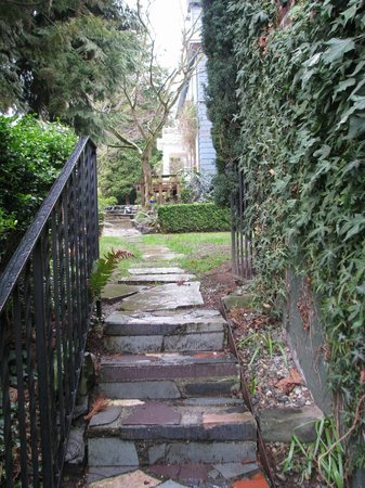 Chambered Nautilus Bed and Breakfast Inn: Walkway to the main house from the suites building