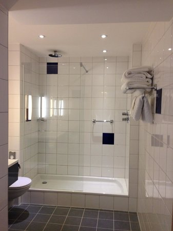 Park Inn by Radisson York: Large Bathroom